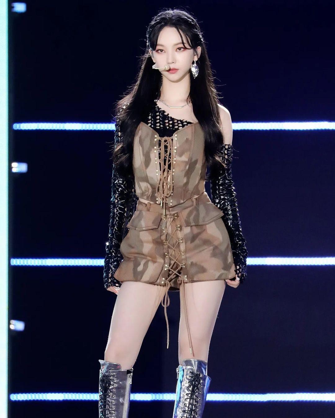 Nhiệt Ba mặc corset