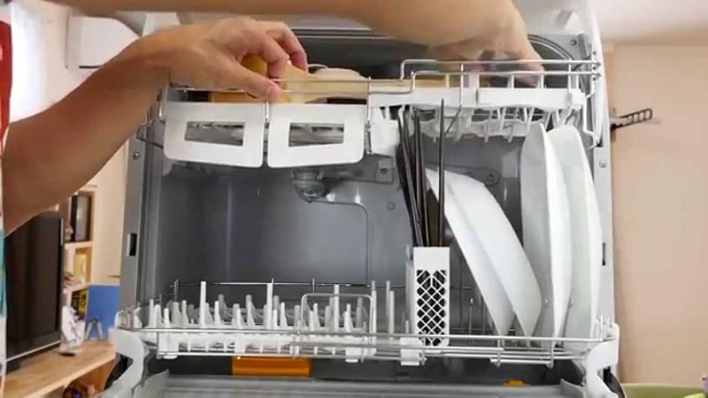 Bát đĩa rửa trong máy không sạch như ý, nguyên nhân có thể tới từ 4 điều này bà nội trợ phải kiểm tra ngay  - Ảnh 4.