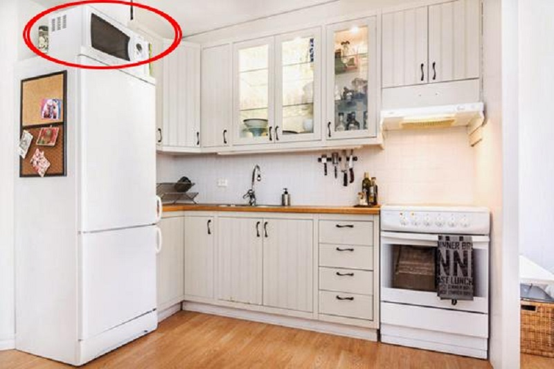 Dù nhà bếp chật chội đến đâu thì bạn cũng đừng nên cất những món đồ này lên nóc tủ lạnh  - Ảnh 1.