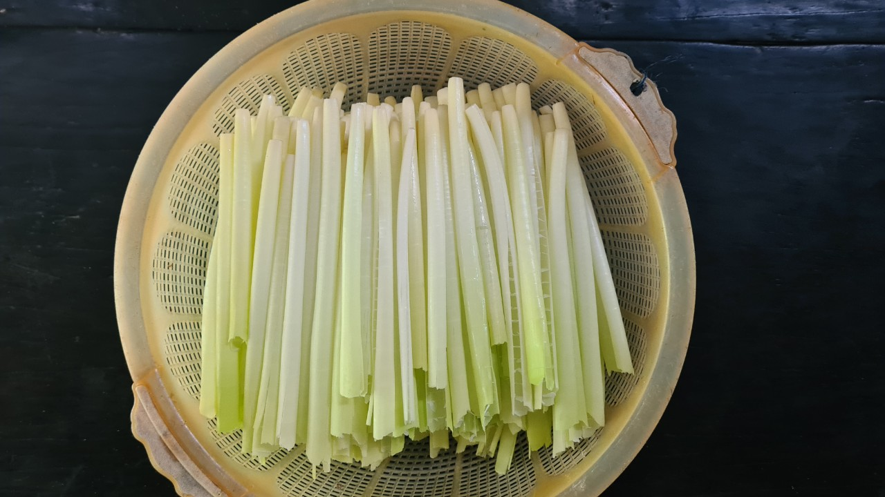 Loại rau miền Tây xưa mọc không ai hái, giờ thành đặc sản nổi tiếng bán trên chợ mạng giá 120.000 đồng/kg thi nhau tìm mua - Ảnh 3.