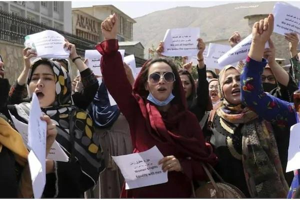 Taliban: Phụ nữ không thể làm Bộ trưởng, chỉ nên sinh con - Ảnh 1.