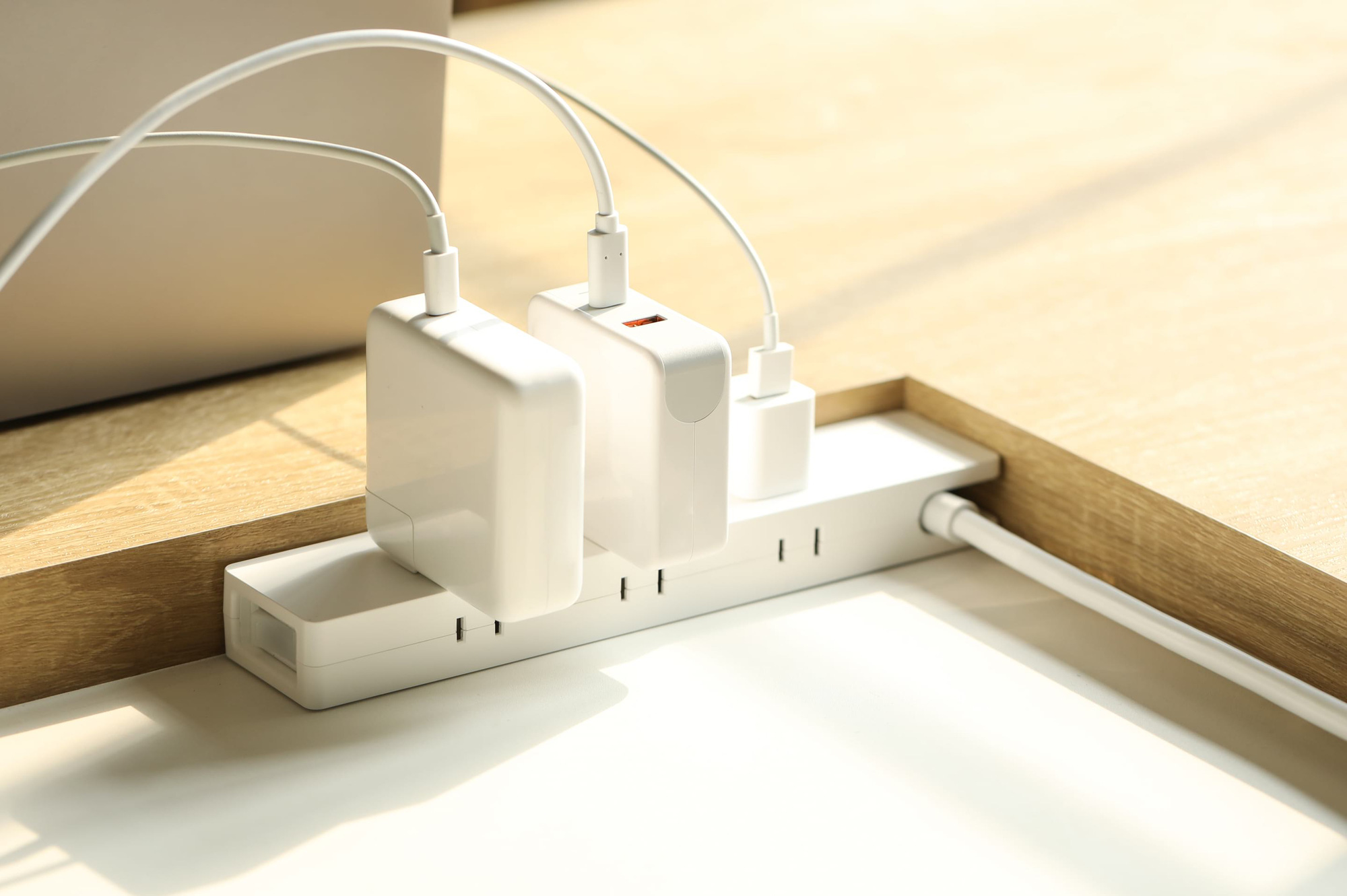 Mớ dây điện trong góc làm việc tại nhà sẽ được hô biến tối giản nhất nhờ chiếc ổ cắm điện thông minh có dây xoay được 360 độ này - Ảnh 4.