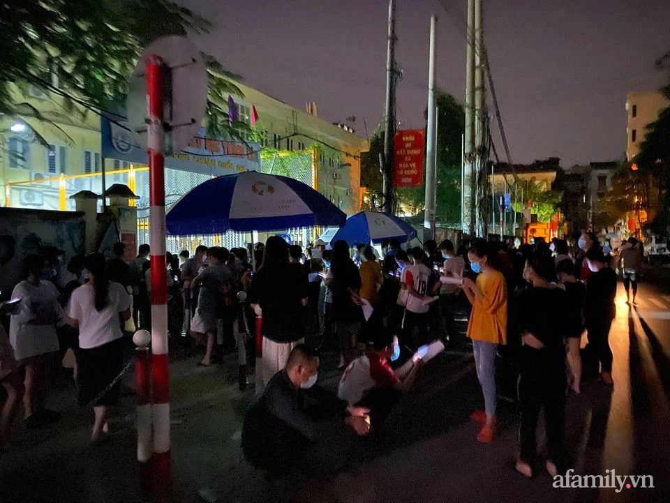 Bí thư Hà Nội yêu cầu làm rõ sau vụ chen lấn, tập trung đông người tiêm vaccine ở phường Trung Văn - Ảnh 2.