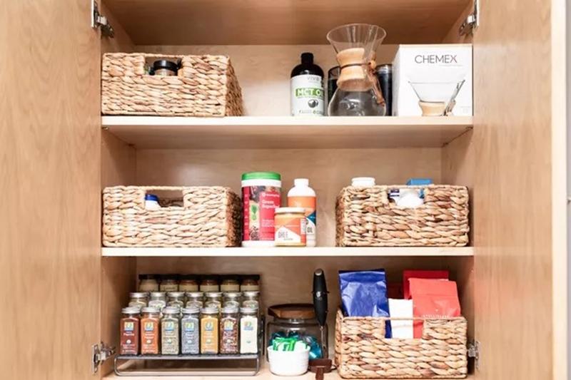 """11 bước """"kinh điển"""" để sắp xếp những ngăn tủ bếp hoàn hảo chẳng còn chỗ chê - Ảnh 7."""