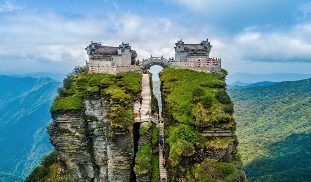 Ngôi chùa được ca tụng như tiên cảnh nhân gian: Nằm trên đỉnh núi tách đôi và quá trình xây dựng vẫn chưa có lời giải - Ảnh 1.