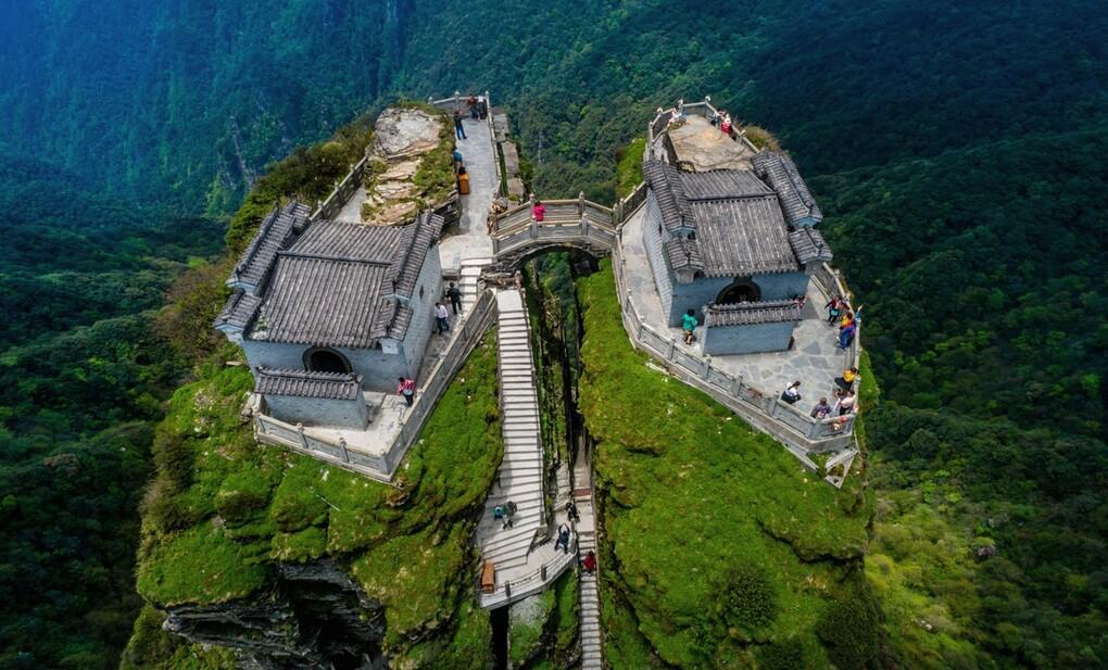 Ngôi chùa được ca tụng như tiên cảnh nhân gian: Nằm trên đỉnh núi tách đôi và quá trình xây dựng vẫn chưa có lời giải - Ảnh 2.