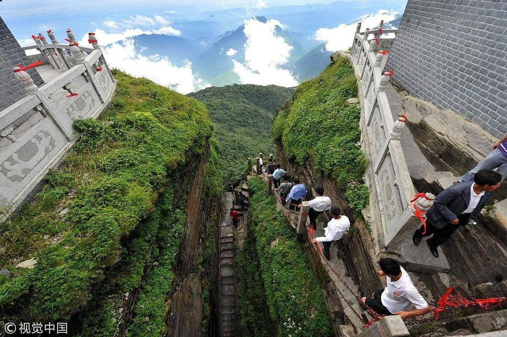 Ngôi chùa được ca tụng như tiên cảnh nhân gian: Nằm trên đỉnh núi tách đôi và quá trình xây dựng vẫn chưa có lời giải - Ảnh 3.