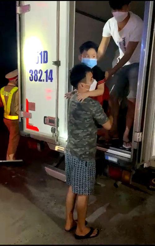 Tin mới vụ nhét 15 người trong thùng xe đông lạnh để 'thông chốt' về quê - Ảnh 1.