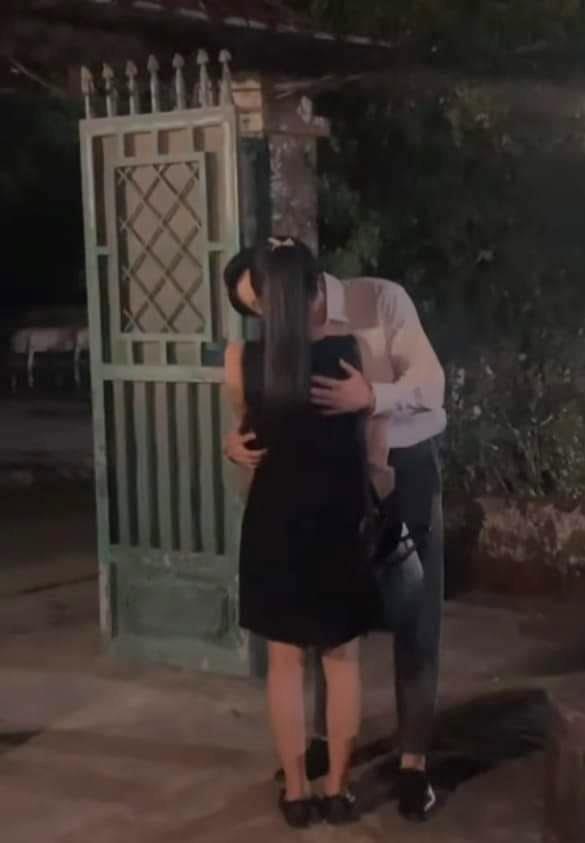 Hương vị tình thân: Clip Dũng liên tiếp hôn Diệp say đắm, fan lo em gái Nam bị đưa vào đời sớm - Ảnh 2.