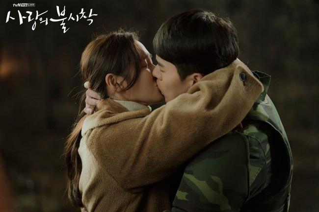 """Phim của Hyun Bin và Son Ye Jin mang tiếng """"flop"""" ở quê nhà nhưng chạy đường dài lại cực tốt, """"bám rể"""" trên Netflix gây ngỡ ngàng - Ảnh 7."""