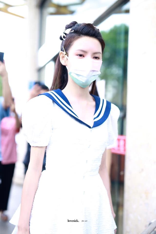 """""""Búp bê"""" Trương Dư Hi mặc váy thủy thủ, người thì gầy gò nhưng da mịn màng, trắng đến """"phát sáng"""" - Ảnh 3."""