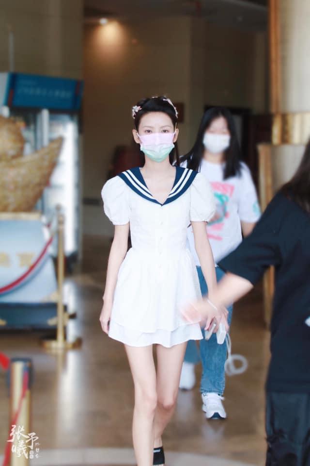 """""""Búp bê"""" Trương Dư Hi mặc váy thủy thủ, người thì gầy gò nhưng da mịn màng, trắng đến """"phát sáng"""" - Ảnh 4."""