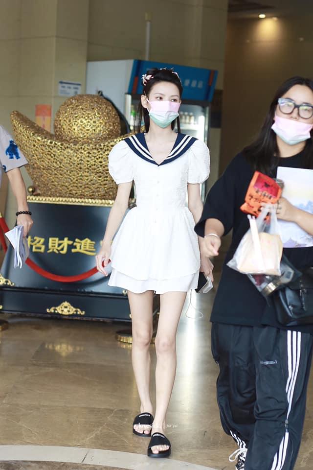 """""""Búp bê"""" Trương Dư Hi mặc váy thủy thủ, người thì gầy gò nhưng da mịn màng, trắng đến """"phát sáng"""" - Ảnh 5."""