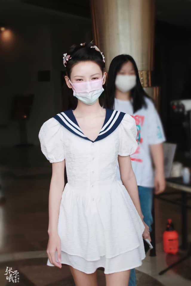 """""""Búp bê"""" Trương Dư Hi mặc váy thủy thủ, người thì gầy gò nhưng da mịn màng, trắng đến """"phát sáng"""" - Ảnh 2."""