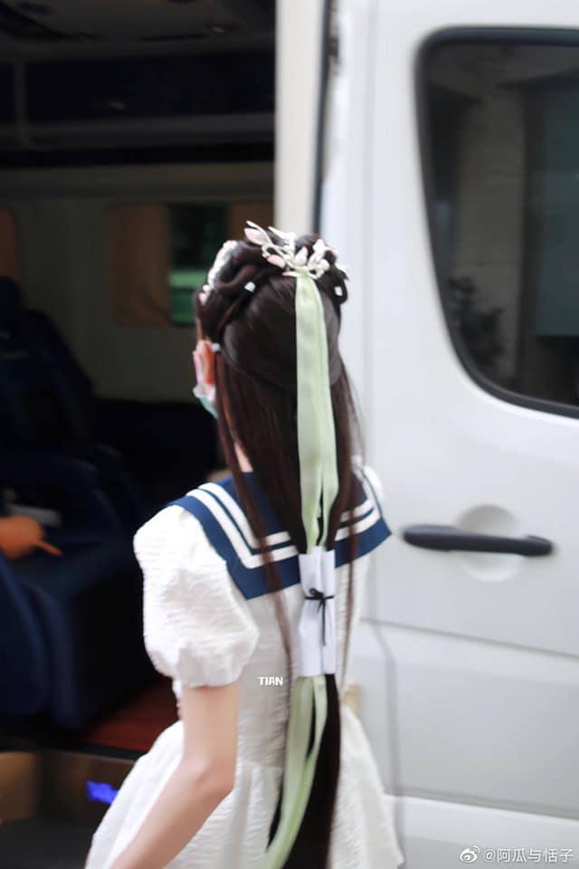 """""""Búp bê"""" Trương Dư Hi mặc váy thủy thủ, người thì gầy gò nhưng da mịn màng, trắng đến """"phát sáng"""" - Ảnh 6."""
