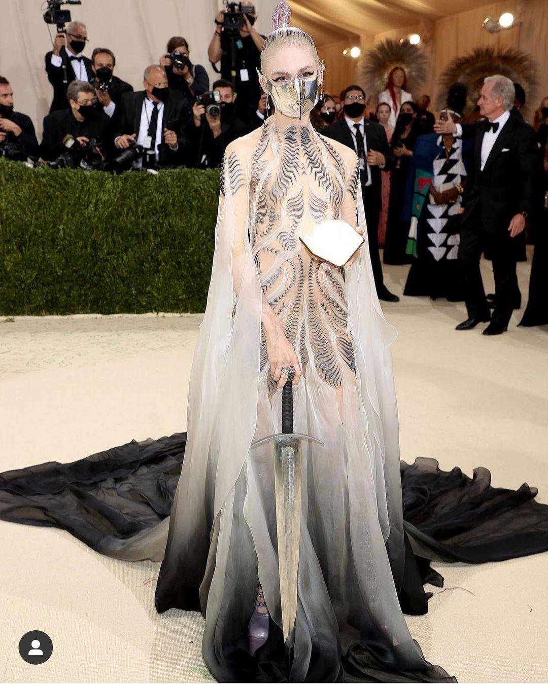 Met Gala 2021: Rosé xuất hiện, mặc lại váy cũ và chìm nghỉm giữa những màn lột đồ lồng lộn trên thảm đỏ  - Ảnh 15.