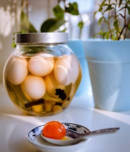 Cách ngâm trứng muối này cực đơn giản, ai cũng làm được luôn! - Ảnh 1.