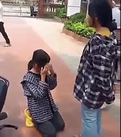 Nữ sinh ở Thanh Hóa bị tát, bắt quỳ gối giữa sân trường - Ảnh 1.