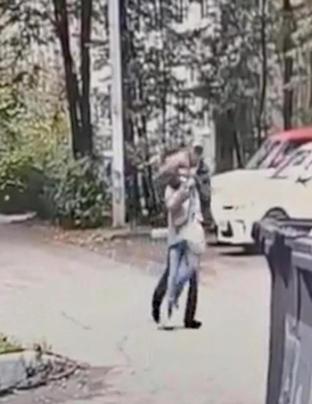Khoảnh khắc kẻ biến thái ngang nhiên tóm cổ bé gái kéo vào bụi rậm, diễn biễn sau đó khiến nhân chứng kinh hãi và kết cục bất ngờ - Ảnh 2.
