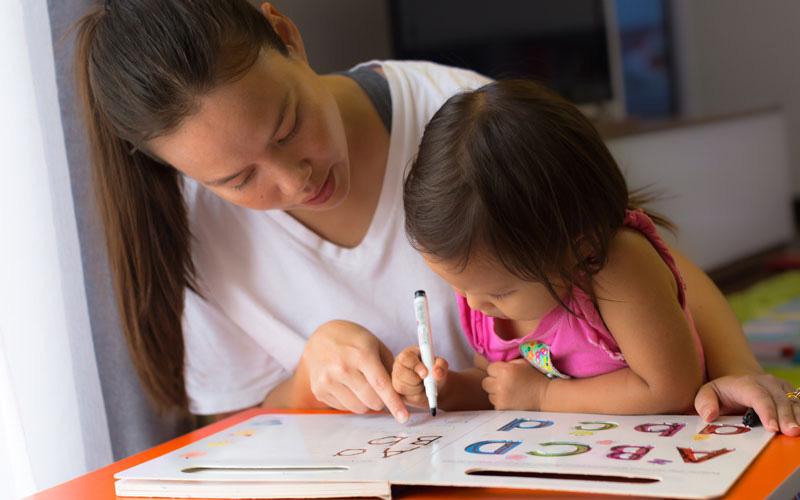 """Cô giáo ra bài tập viết 29 chữ cái in hoa, học sinh làm xong cô nhìn chỉ muốn sang chấn: """"Lươn lẹo"""" đến thế là cùng!"""