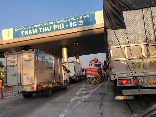 Chặn đường, ép lái xe trên cao tốc về Hà Nội phải đi vòng trả phí - Ảnh 2.