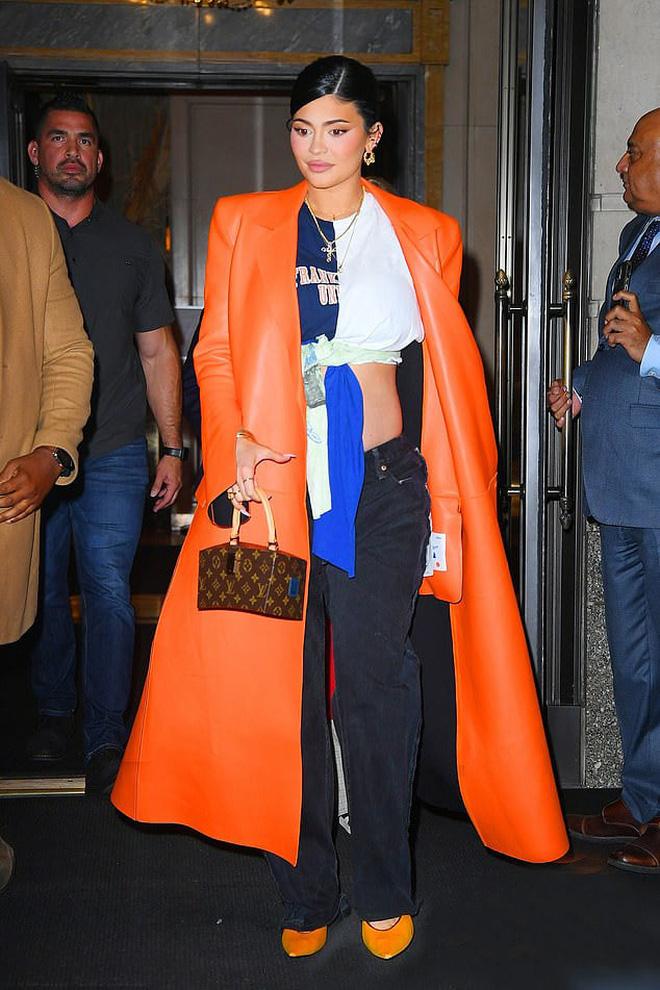 Không cần đến Met Gala, Kylie Jenner vẫn khiến công chúng điên đảo với thời trang mẹ bầu đỉnh cao - Ảnh 2.