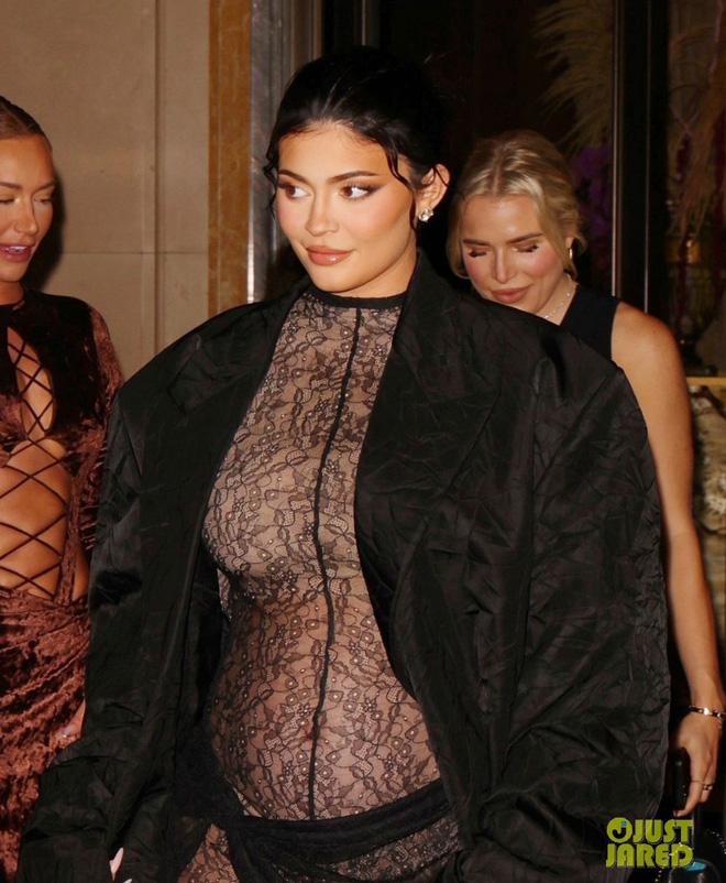 Không cần đến Met Gala, Kylie Jenner vẫn khiến công chúng điên đảo với thời trang mẹ bầu đỉnh cao - Ảnh 1.