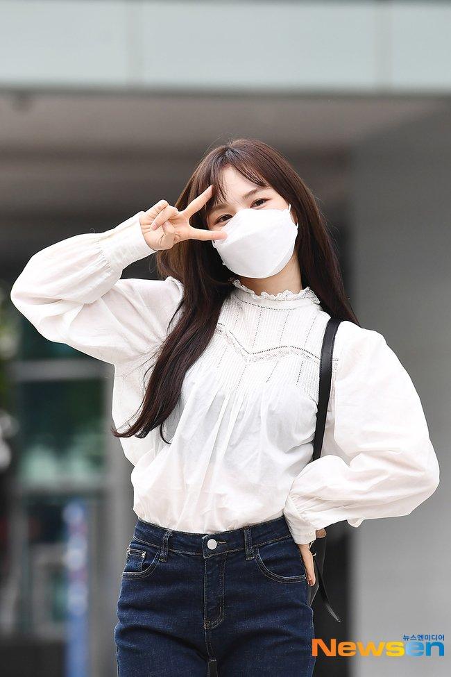 Mặc áo blouse đẹp như Red Velvet: 13 cách mix đơn giản nhưng trẻ trung, chuẩn sang xịn mịn - Ảnh 12.