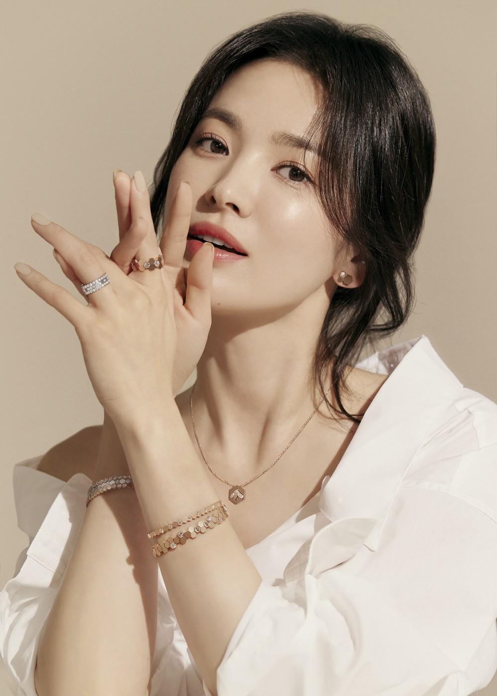 Song Hye Kyo tung ảnh quảng cáo trang sức, netizen phán ngay: Chị làm hàng hiệu lu mờ rồi! - Ảnh 4.