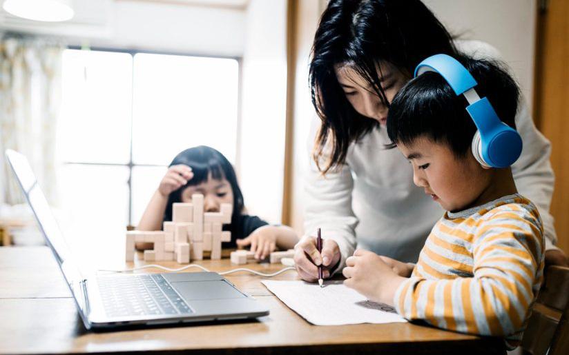 """Con đang học online thì ông bố lướt qua camera, cô giáo nhìn thấy đỏ mặt tía tai phải viết ngay """"tâm thư"""" góp ý"""