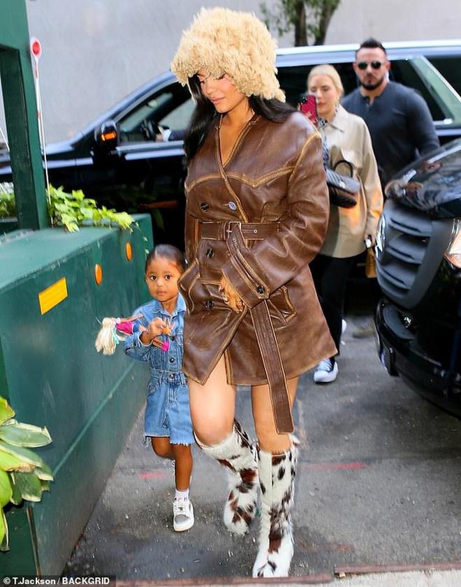 Không cần đến Met Gala, Kylie Jenner vẫn khiến công chúng điên đảo với thời trang mẹ bầu đỉnh cao - Ảnh 4.