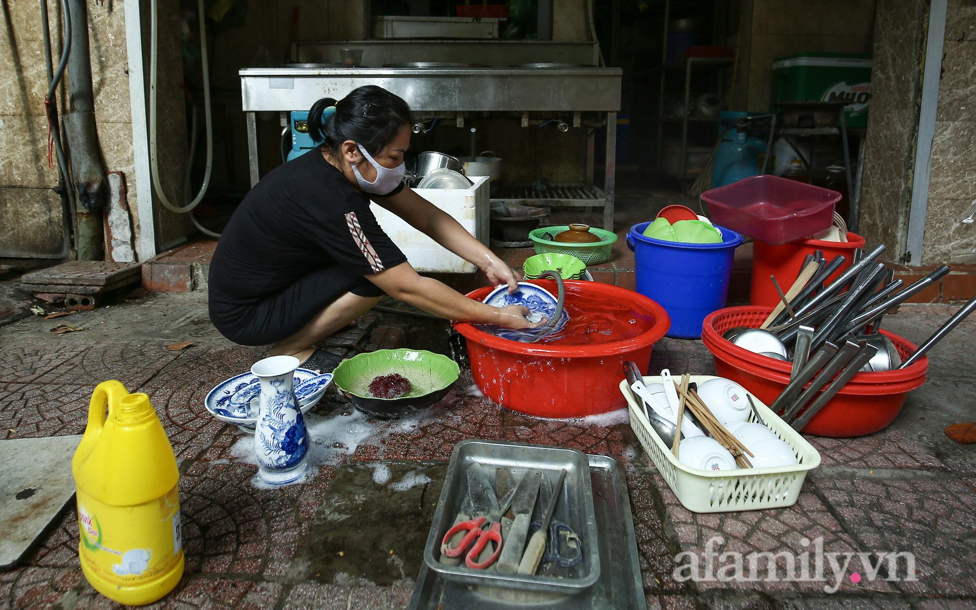 """Người Hà Nội vui như Tết về sớm, chủ hàng ăn tất bật dọn dẹp chờ qua """"giao thừa"""" để đón khách trở lại"""