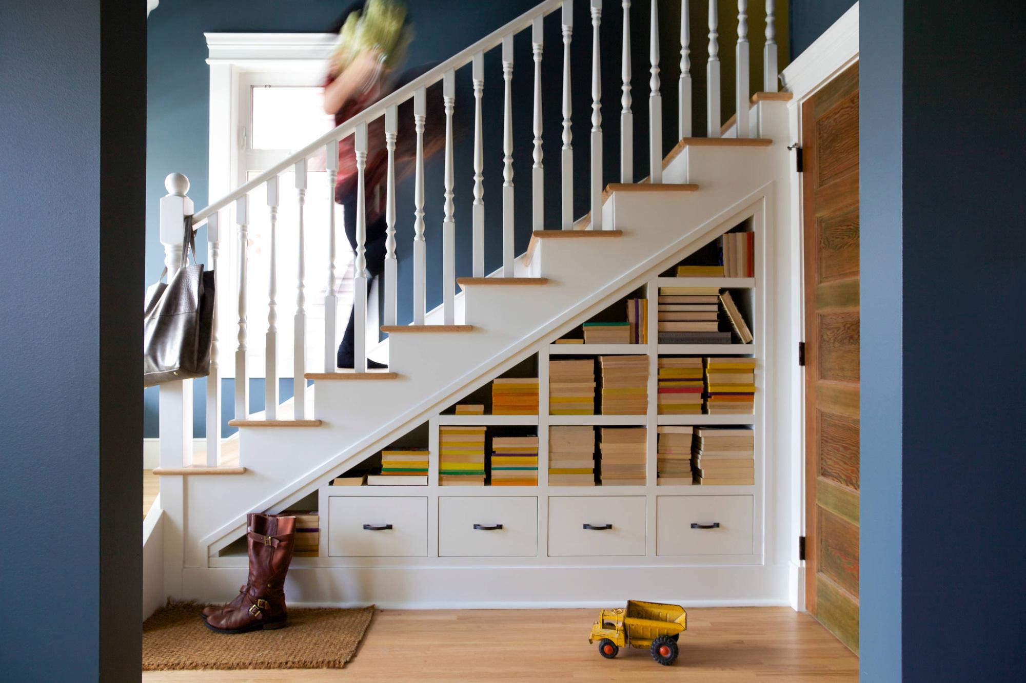 Nếu nhà bạn có gầm cầu thang thì không nên bỏ qua 7 gợi ý hữu ích này - Ảnh 1.