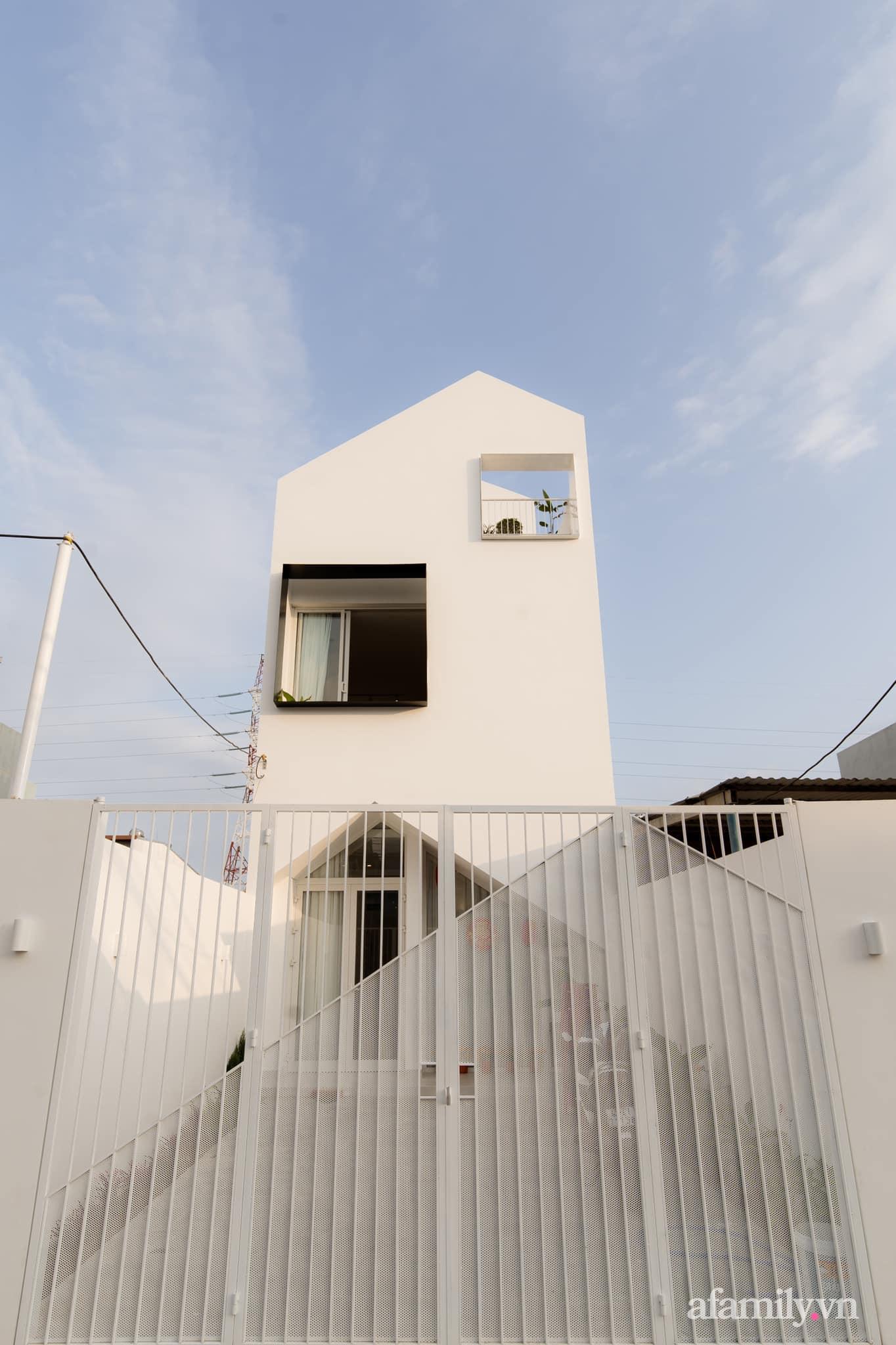 Căn nhà phố màu trắng gọn xinh ấm cúng của cặp vợ chồng trẻ Đà Nẵng có chi phí hoàn thiện 1,4 tỷ đồng - Ảnh 1.