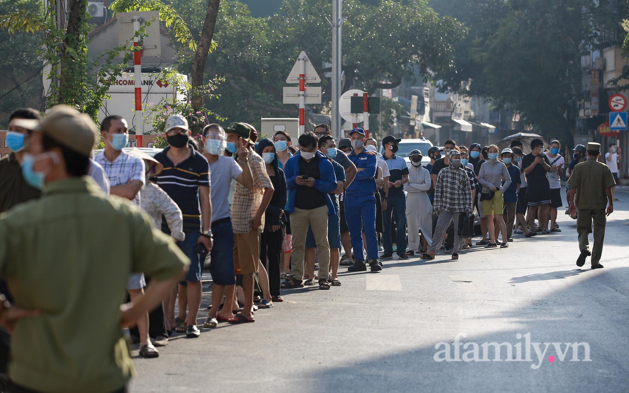 """Hà Nội: Hàng trăm người xếp hàng từ rạng sáng chờ mua bánh Trung thu tại trường tiểu học, lực lượng chức năng """"rát họng"""" yêu cầu giãn cách"""