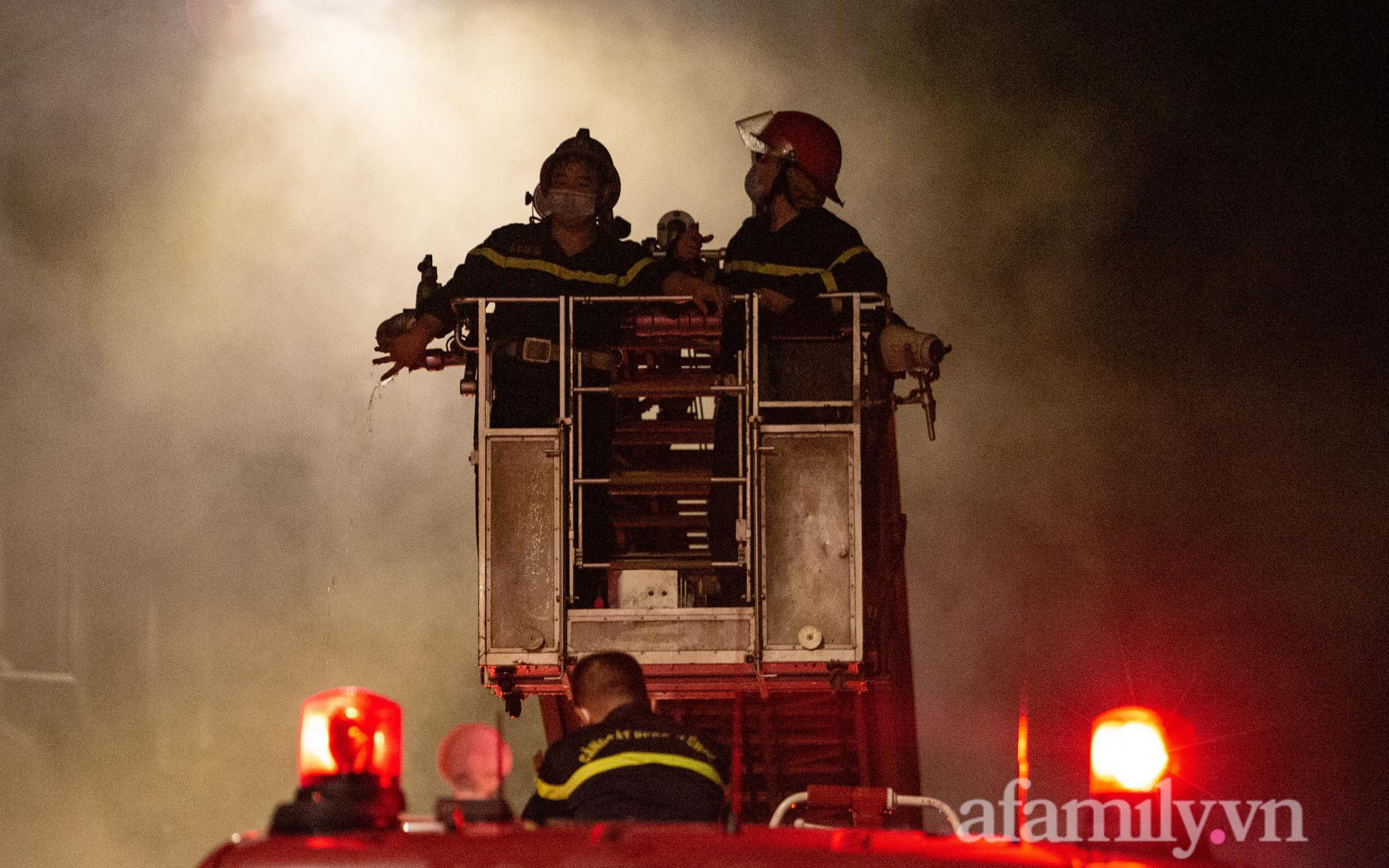 CẬN CẢNH: Trắng đêm chữa cháy shop quần áo trẻ em trong khu biệt thự liền kề ở Ninh Hiệp