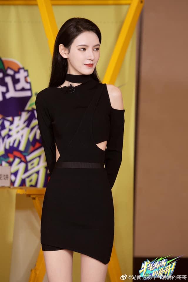 """""""Búp bê"""" Trương Dư Hi đi show, mặc váy đen rất đẹp nhưng lộ thân hình tong teo, gầy thế nào mà mất cả ngực?  - Ảnh 2."""