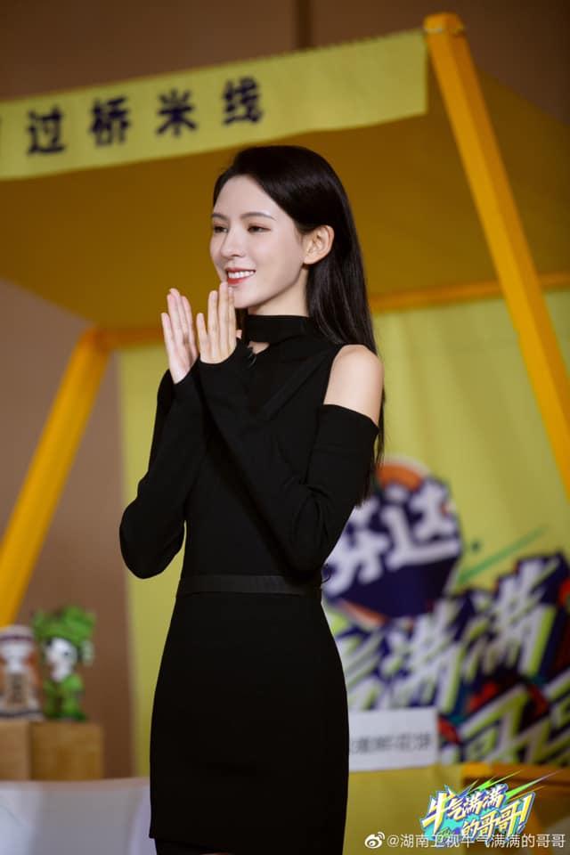 """""""Búp bê"""" Trương Dư Hi đi show, mặc váy đen rất đẹp nhưng lộ thân hình tong teo, gầy thế nào mà mất cả ngực?  - Ảnh 3."""