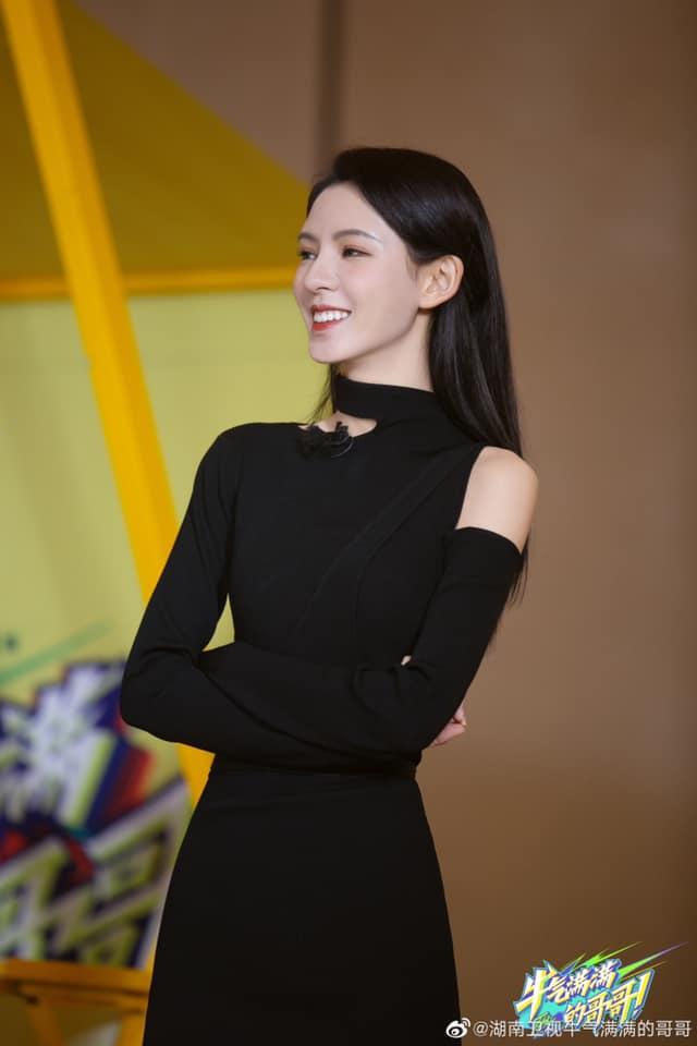 """""""Búp bê"""" Trương Dư Hi đi show, mặc váy đen rất đẹp nhưng lộ thân hình tong teo, gầy thế nào mà mất cả ngực?  - Ảnh 1."""