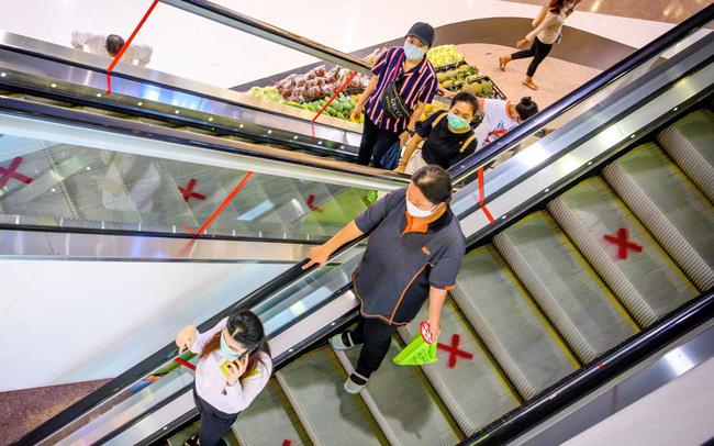 Quyết sống chung với đại dịch, Thái Lan chính thức mở cửa lại hàng quán, trung tâm thương mại - Ảnh 1.
