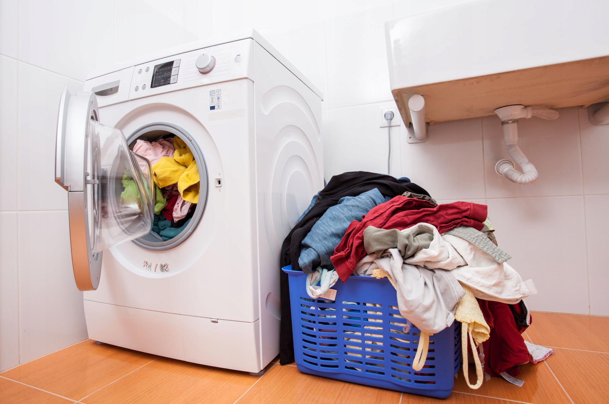 Mẹo tiết kiệm điện nước hiệu quả khi dùng máy giặt tại nhà - Ảnh 2.