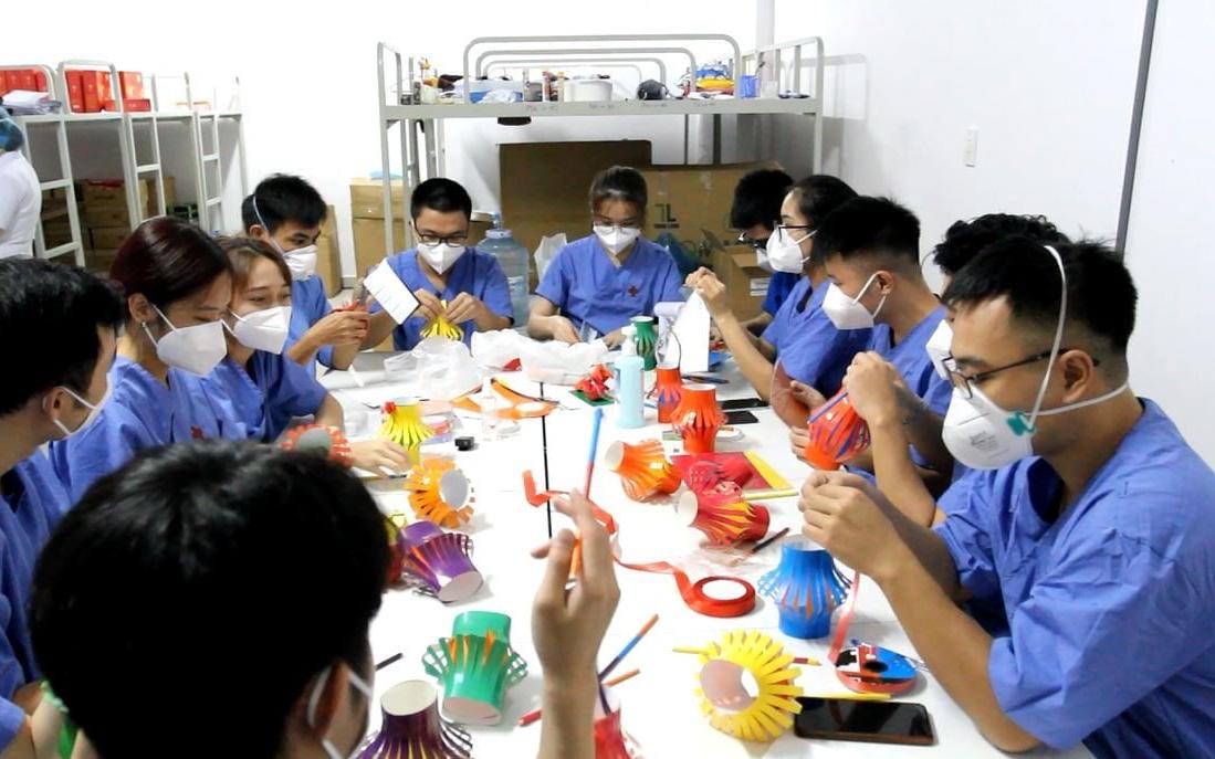 TP.HCM: Nhân viên y tế khu cách ly thức đêm tự tay làm lồng đèn tặng 100 em nhỏ là F0, F1