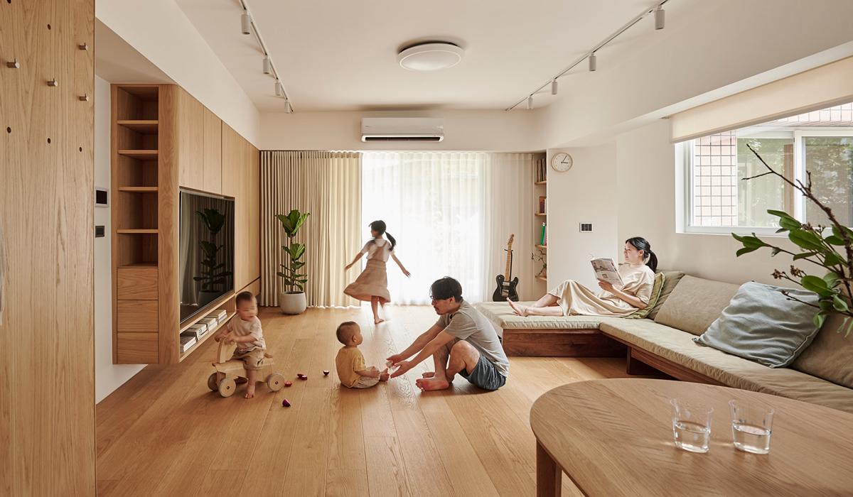 Căn hộ màu gỗ siêu ấm áp với cách phân chia không gian thông mình dành cho vợ chồng trẻ có 3 con nhỏ - Ảnh 2.
