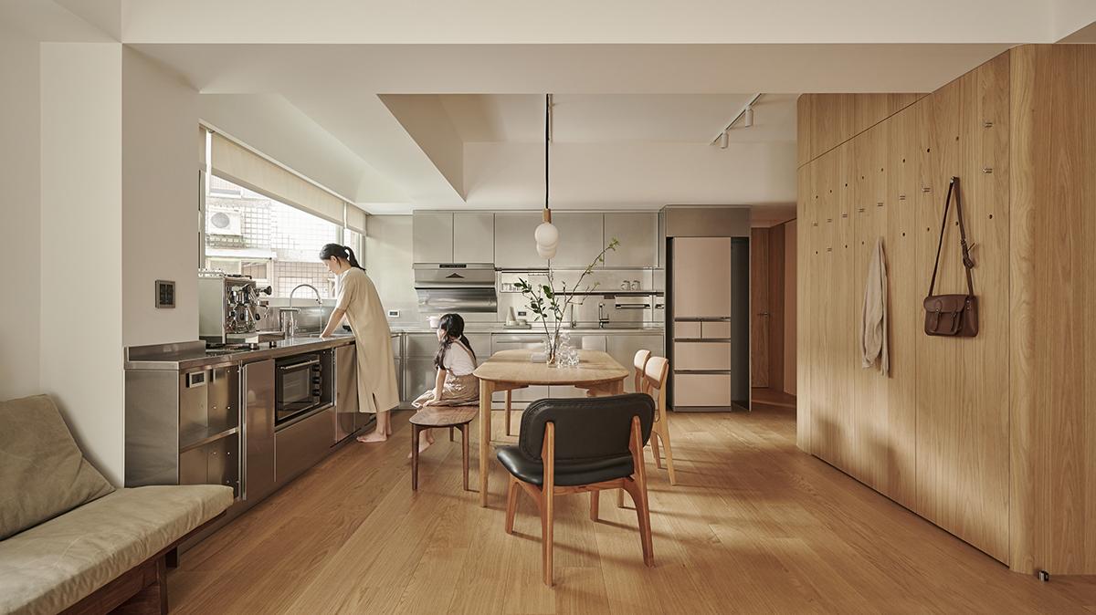 Căn hộ màu gỗ siêu ấm áp với cách phân chia không gian thông mình dành cho vợ chồng trẻ có 3 con nhỏ - Ảnh 3.