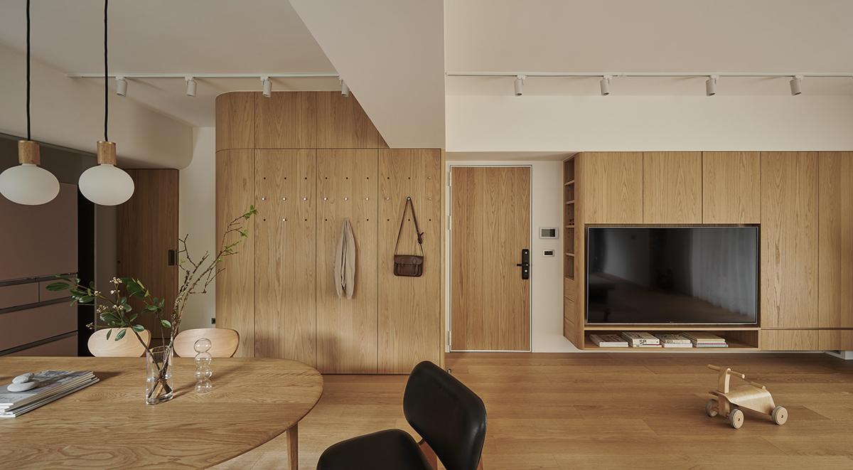 Căn hộ màu gỗ siêu ấm áp với cách phân chia không gian thông mình dành cho vợ chồng trẻ có 3 con nhỏ - Ảnh 5.