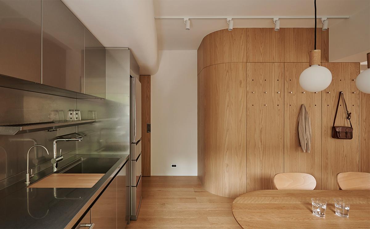 Căn hộ màu gỗ siêu ấm áp với cách phân chia không gian thông mình dành cho vợ chồng trẻ có 3 con nhỏ - Ảnh 4.