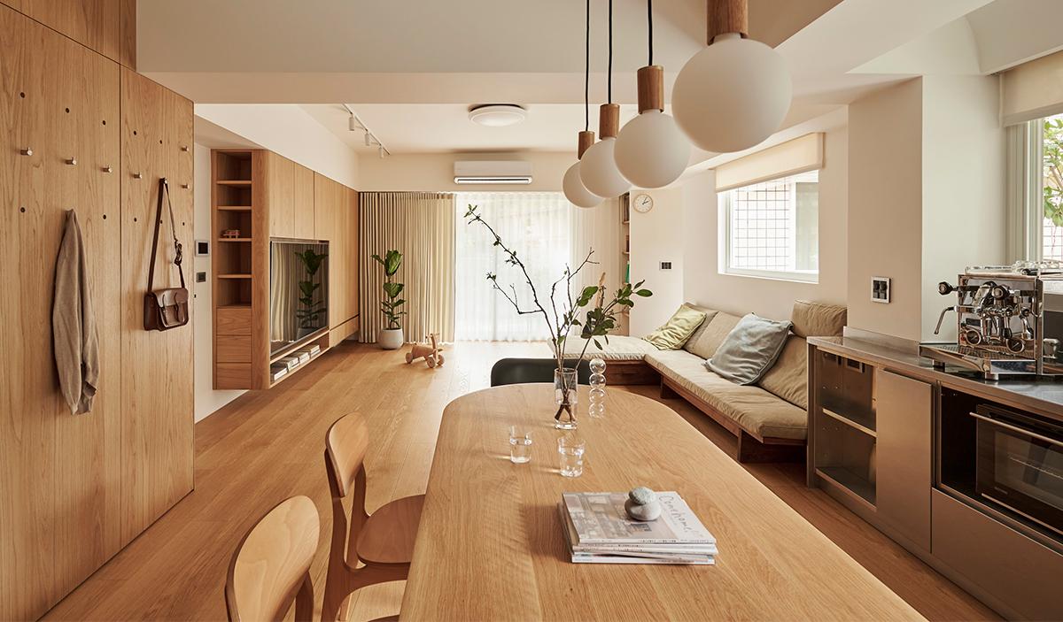 Căn hộ màu gỗ siêu ấm áp với cách phân chia không gian thông mình dành cho vợ chồng trẻ có 3 con nhỏ - Ảnh 8.