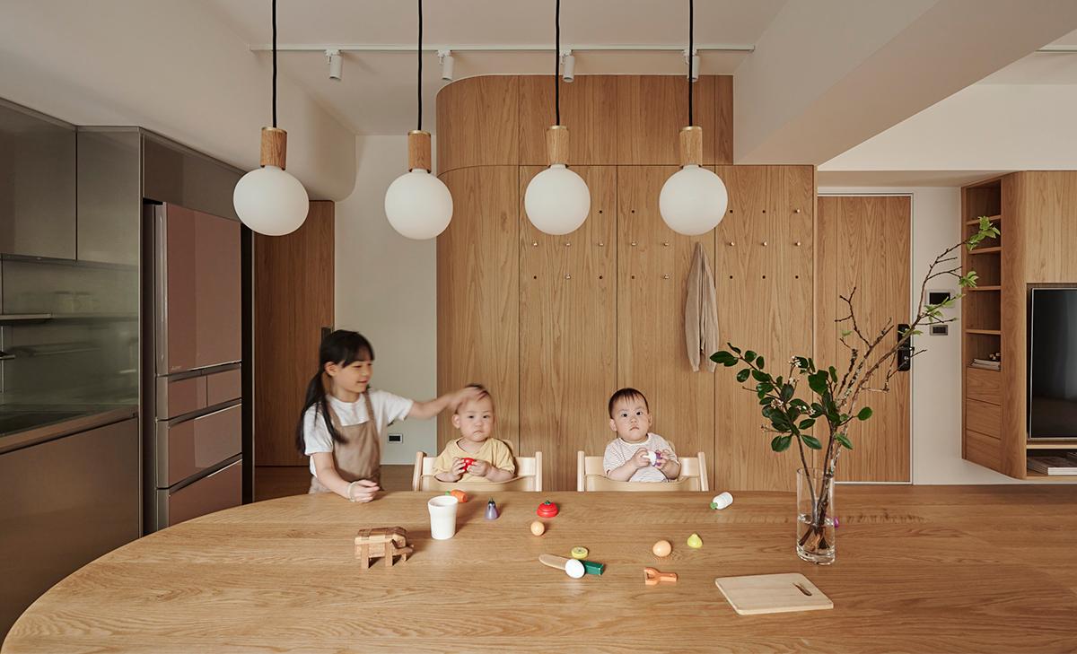 Căn hộ màu gỗ siêu ấm áp với cách phân chia không gian thông mình dành cho vợ chồng trẻ có 3 con nhỏ - Ảnh 1.