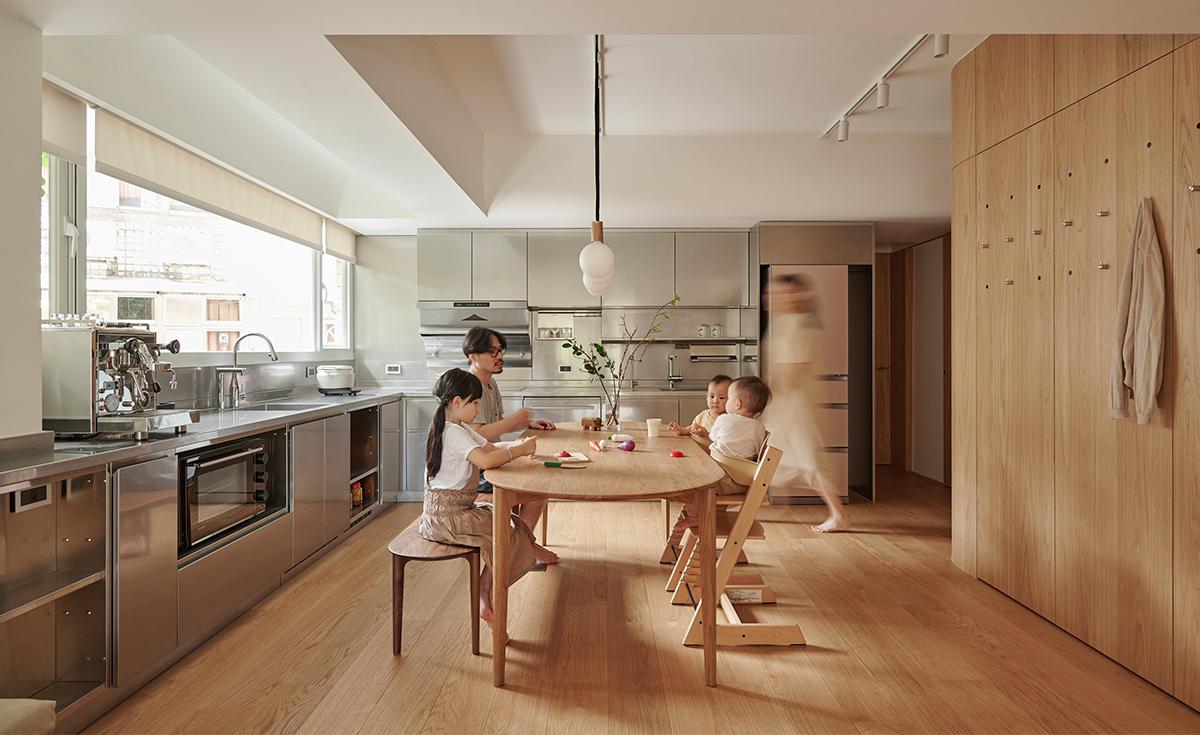 Căn hộ màu gỗ siêu ấm áp với cách phân chia không gian thông mình dành cho vợ chồng trẻ có 3 con nhỏ - Ảnh 9.