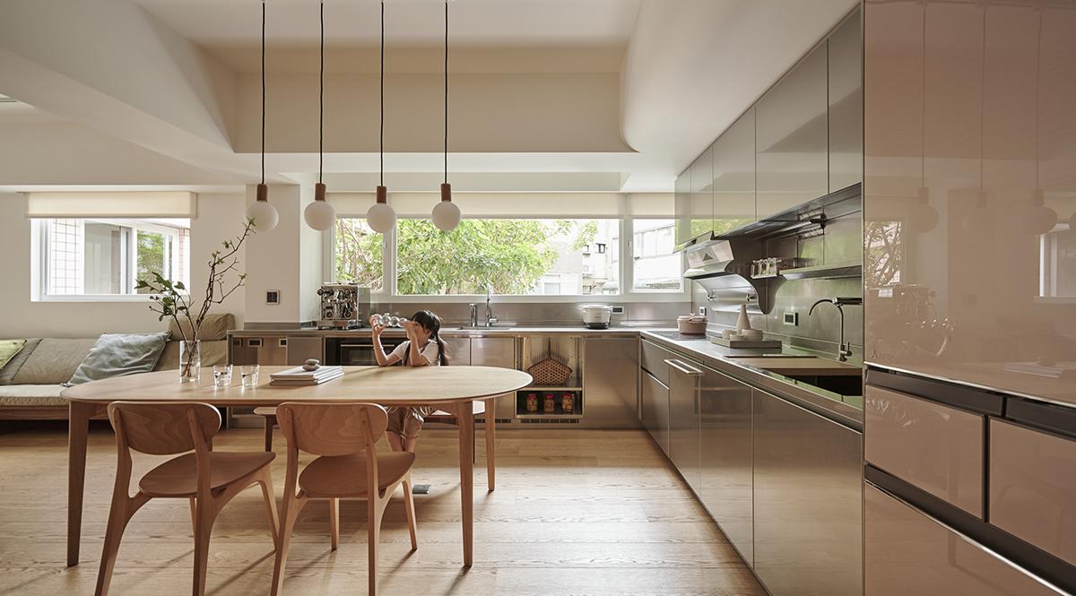 Căn hộ màu gỗ siêu ấm áp với cách phân chia không gian thông mình dành cho vợ chồng trẻ có 3 con nhỏ - Ảnh 6.